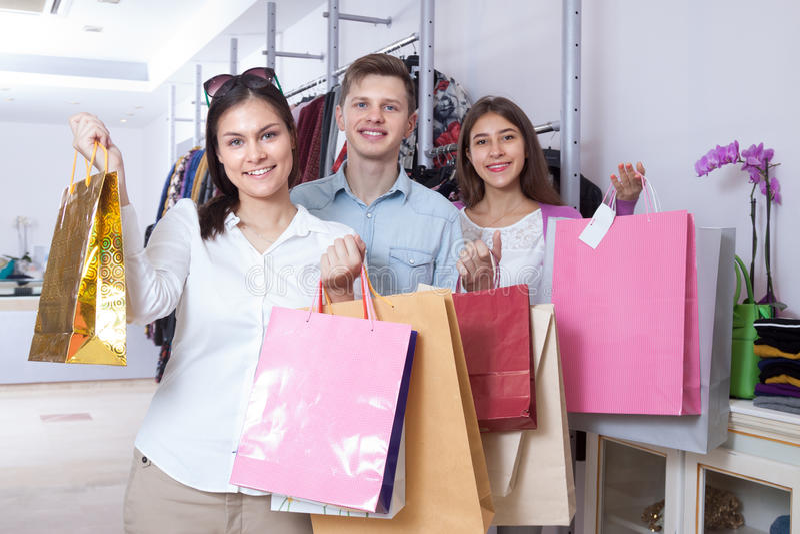 Junge Leute in einem Bekleidungsgeschäft lizenzfreie stockbilder