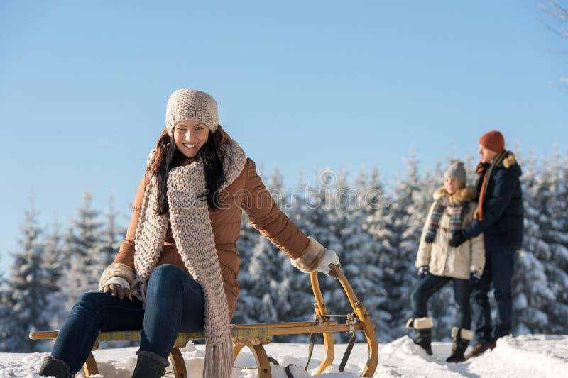 Junge Leute genießen sonnigen Winterschneeschlitten stockfotos