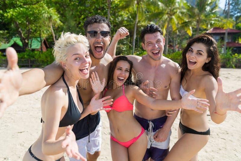 Junge Leute-Gruppe auf Strand-Sommer-Ferien, glückliche lächelnde Freunde, die Selfie-Foto-Seeozean nehmen lizenzfreie stockfotos