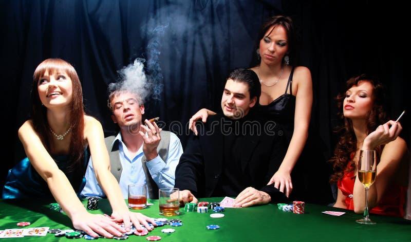 Junge Leute haben im Kasino lizenzfreie stockbilder