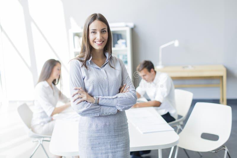 Junge Leute im Büro stockbilder