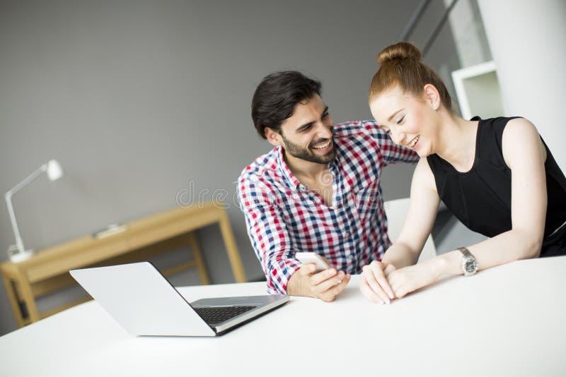 Junge Leute im Büro stockfotos