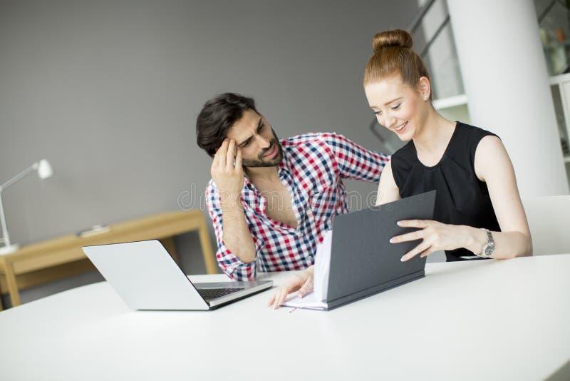 Junge Leute im Büro lizenzfreies stockbild