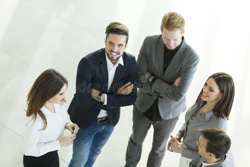 Junge Leute im Büro lizenzfreie stockbilder