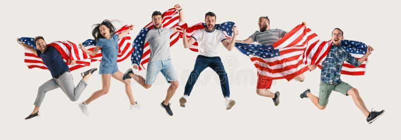 Junge Leute mit der Flagge von den Vereinigten Staaten von Amerika stockbild