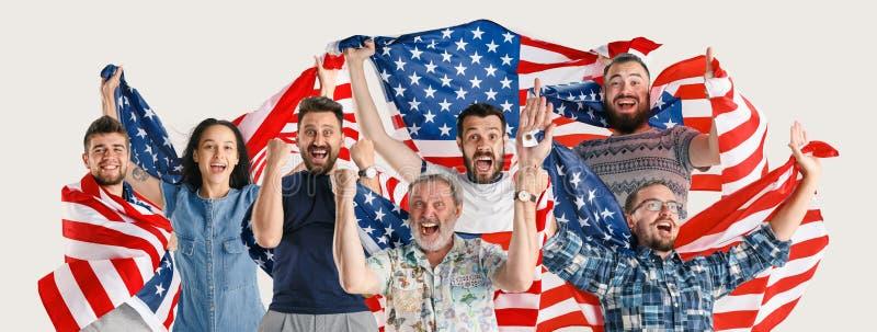 Junge Leute mit der Flagge von den Vereinigten Staaten von Amerika lizenzfreie stockbilder