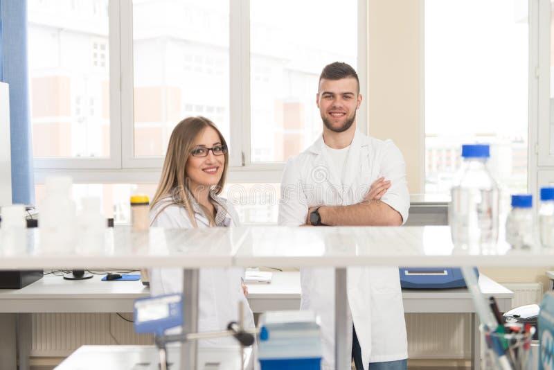 Junge Leute-Paare im hellen modernen Labor lizenzfreie stockfotos