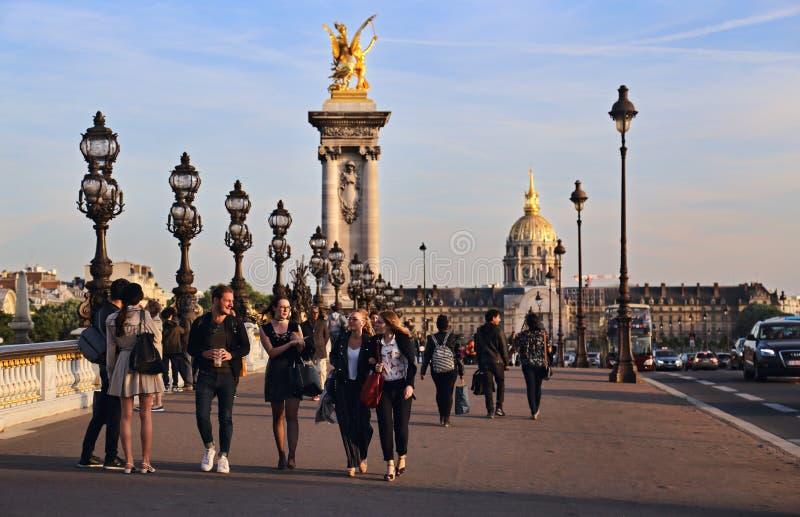Junge Leute in Paris, Frankreich lizenzfreie stockfotografie