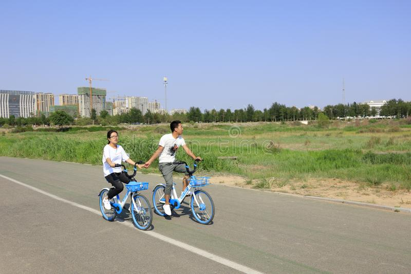 Junge Leute reiten Fahrrad in sahantala Erholungsort, luftgetrockneter Ziegelstein rgb stockfotografie