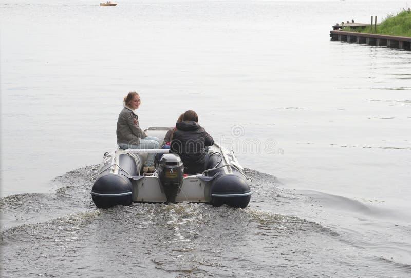 Junge Leute segeln an den Seen, Loosdrecht, Holland lizenzfreies stockfoto