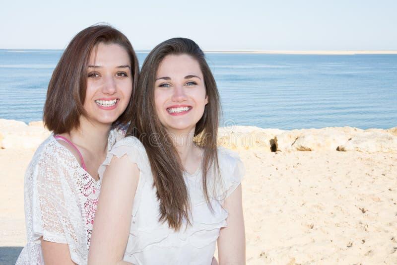 Junge lgbt Mädchen verbinden Lesbe auf Dünen auf den Strand setzen lizenzfreie stockfotografie