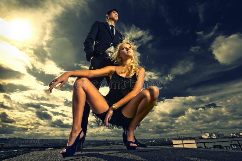Junge Liebe Paare, die unter blauem Himmel lächeln stockfotos