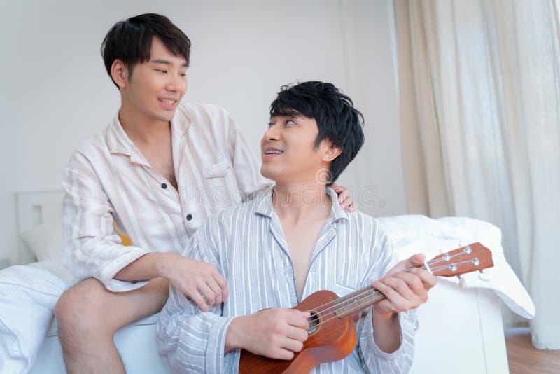 Junge liebevolle homosexuelle stillstehende Paare und Zeit zusammen verbringen lizenzfreies stockbild