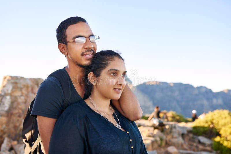 Junge liebevolle indische Paare in der Natur, die weg optimistisch schaut stockbilder