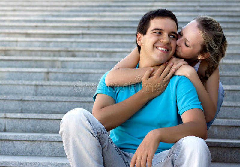 Junge liebevolle Paare, die auf Treppen sitzen stockfoto
