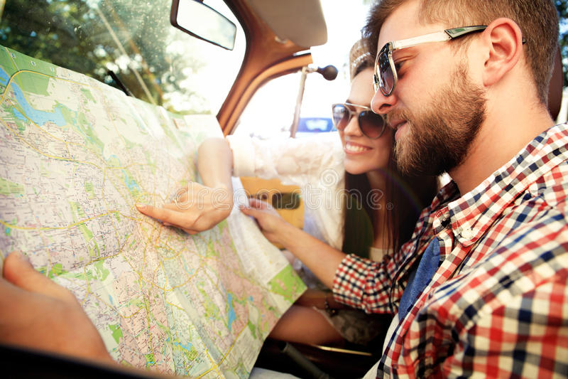 Junge liebevolle Paare, die ihr romantisches Abenteuer planen stockfotografie