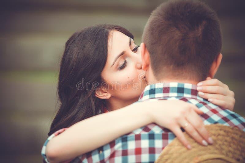 Junge liebevolle Paare, die zart küssen stockfotos
