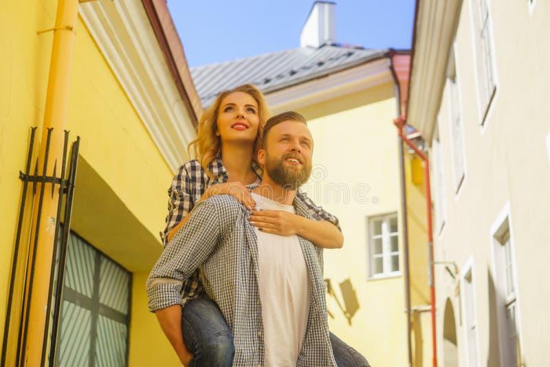 Junge liebevolle Paare haben Datierung die im Freien Mann und Frau, die in Straßen einer Stadt gehen Liebe, Beziehungen und Datum lizenzfreie stockfotos