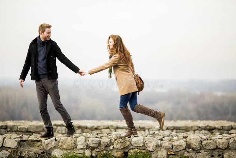 Junge liebevolle Paare im Freien stockfoto