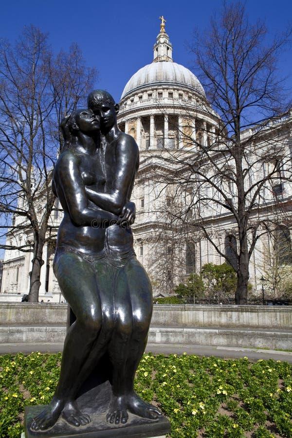Junge Liebhaber Skulptur und Kathedrale St. Paus in London stockfotos