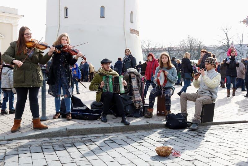Junge litauische Straßenmusiker spielen und singen das Volksland stockfoto