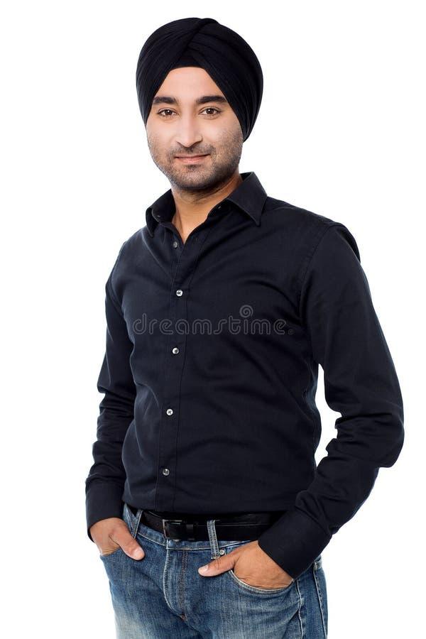 Junge lokalisierter indischer Kerl, der zufällig aufwirft stockfotos
