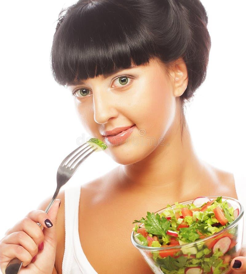 Junge lustige Frau, die Salat isst lizenzfreie stockbilder