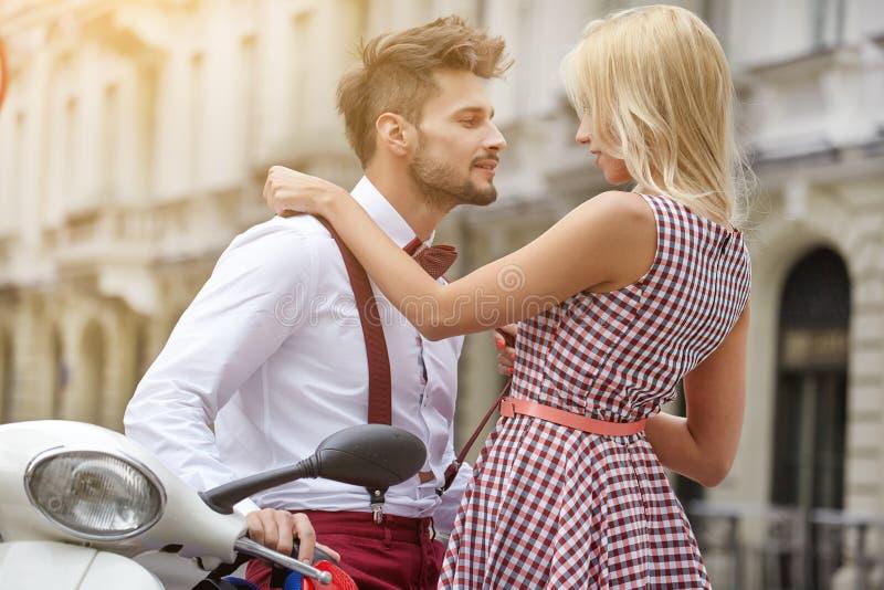Junge lustige hübsche Modeweinlesehippie-Paare stockbild