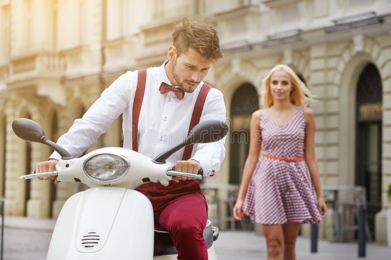 Junge lustige hübsche Modeweinlesehippie-Paare stockbilder
