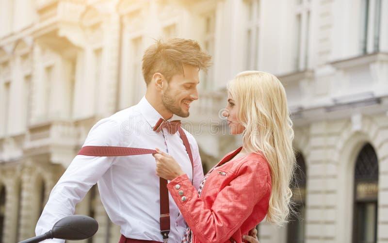 Junge lustige hübsche Modeweinlesehippie-Paare stockfotos