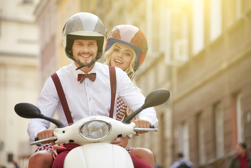Junge lustige hübsche Modeweinlesehippie-Paare lizenzfreies stockfoto