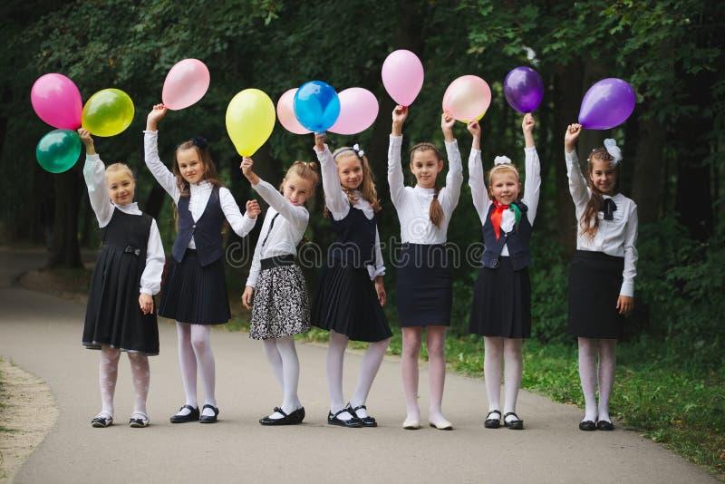 Junge Mädchen in der Uniform draußen lizenzfreie stockfotos