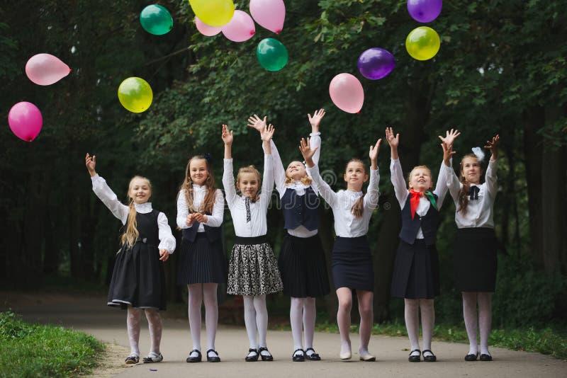 Junge Mädchen in der Uniform draußen stockfoto