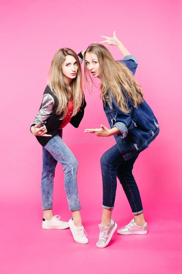 Junge Mädchen des Swag, die zusammen am Studio tanzen und durch Hände gestikulieren lizenzfreies stockbild