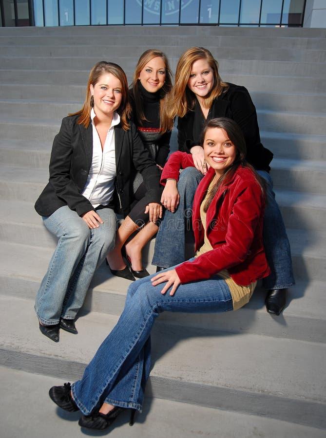 Junge Mädchen, die auf Treppen sitzen lizenzfreie stockbilder