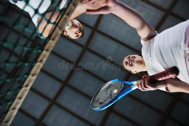 Junge Mädchen, die das Tennisspiel Innen spielen stockbilder