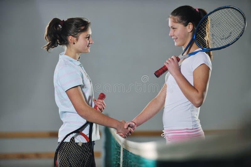 Junge Mädchen, die das Tennisspiel Innen spielen lizenzfreie stockfotos