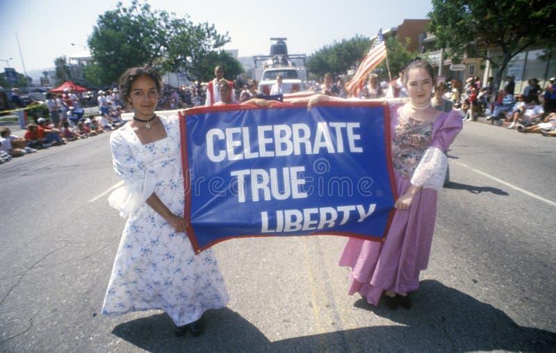 Junge Mädchen, die in am 4. Juli Parade, Pacific Palisades, Kalifornien marschieren lizenzfreies stockfoto