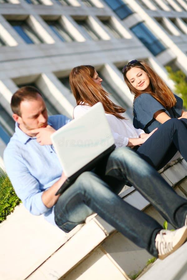 Junge Mädchen draußen und Mann mit Laptop stockfotografie