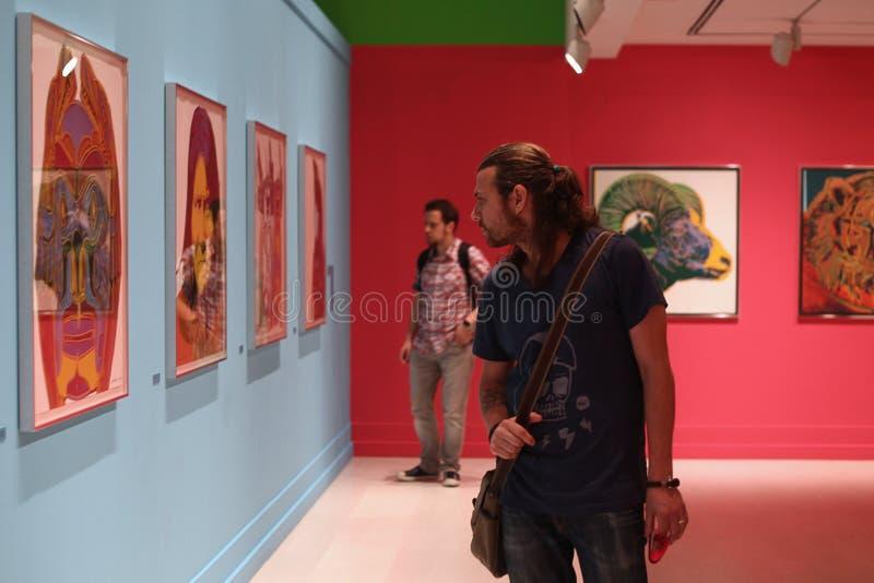 Junge Männer in der Malerei-Ausstellung - Andy Warhol /Istanbul stockfotos