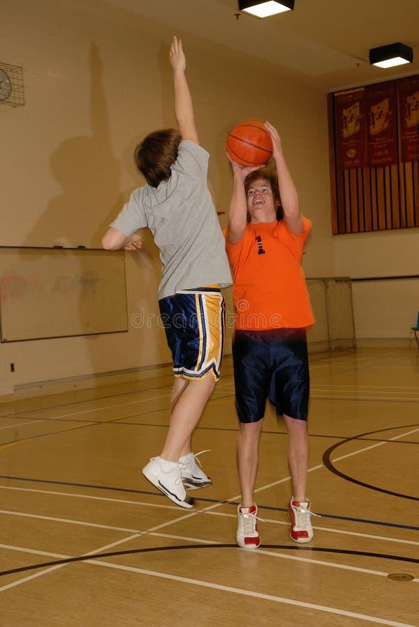 Junge Männer, die Basketball 2 spielen stockbild