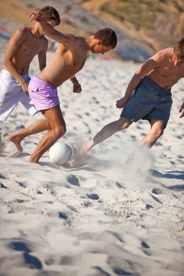 Junge Männer, die Fußball spielen stockbild