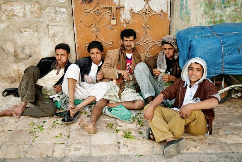 Junge Männer, die khat in Sanaa Yemen kauen lizenzfreies stockbild