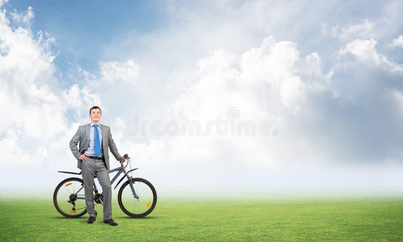 Junge Männer in grauem Business Anzug und Krawatte lizenzfreie stockfotografie