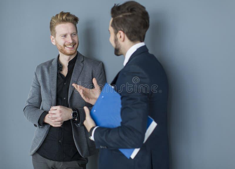 Junge Männer im Büro lizenzfreie stockfotografie
