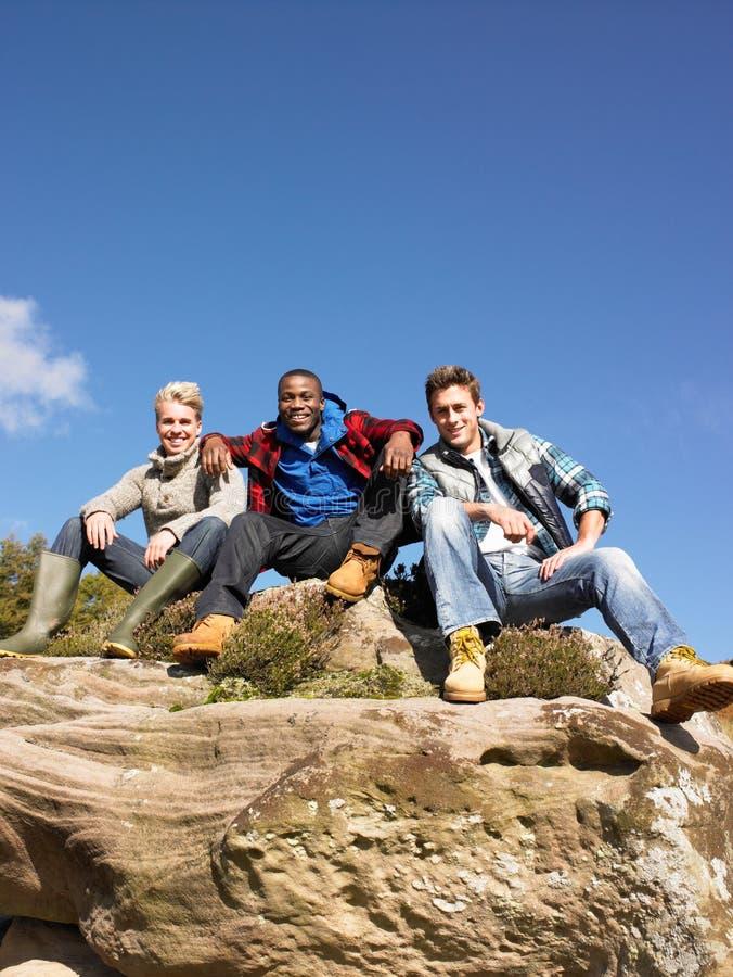 Junge Männer im Land lizenzfreie stockfotos