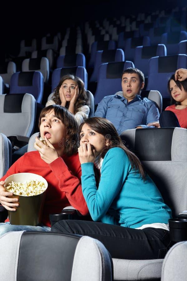 Junge Männer am Kino lizenzfreie stockbilder