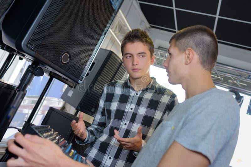Junge Männer mit Audiogeräten stockbilder