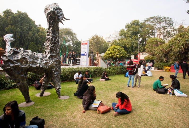 Junge Männer und Frauen, die auf dem Gebiet des Jaipur-Literatur-Festivals sprechen lizenzfreie stockbilder