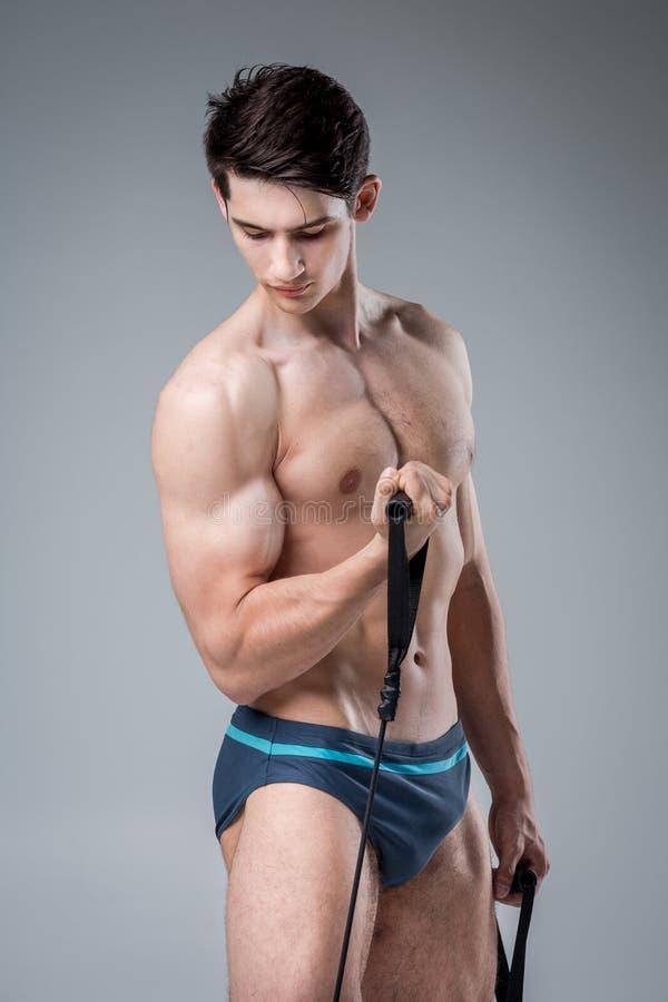 Junge männliche antike perfekte Muskeln der muskulösen Eignung sechs Sätze ABS und vorbildliche Züge bloßen Kasten Bodybuilders m lizenzfreies stockfoto